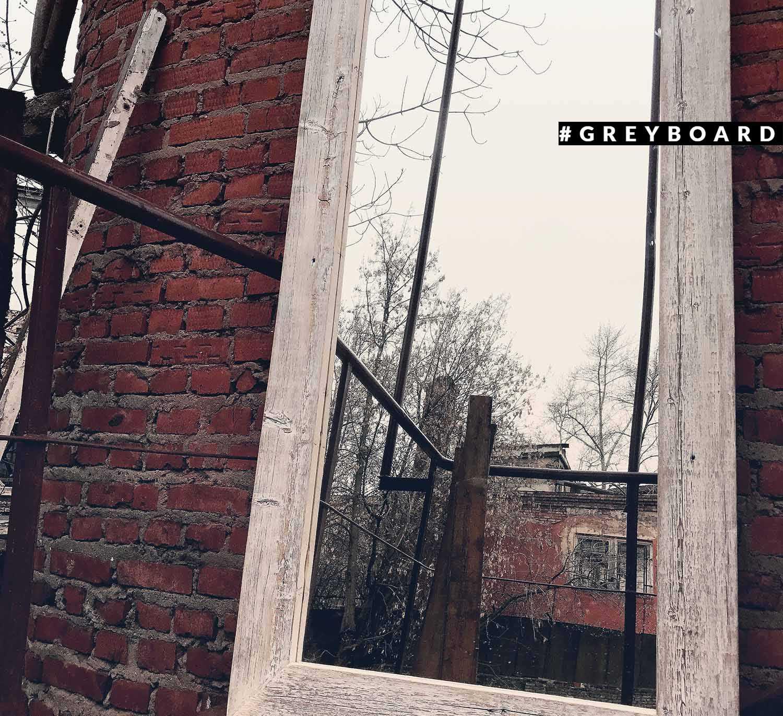 Зеркало в белой раме из хвойной доски
