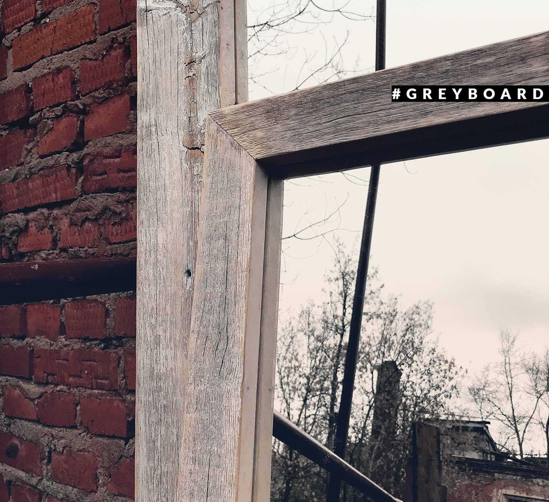 Малое зеркало в белой раме из амбарной доски
