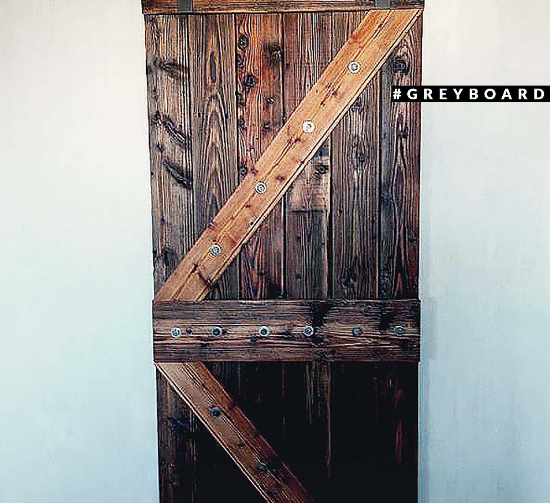 Дверь  из амбарной хвойной доски