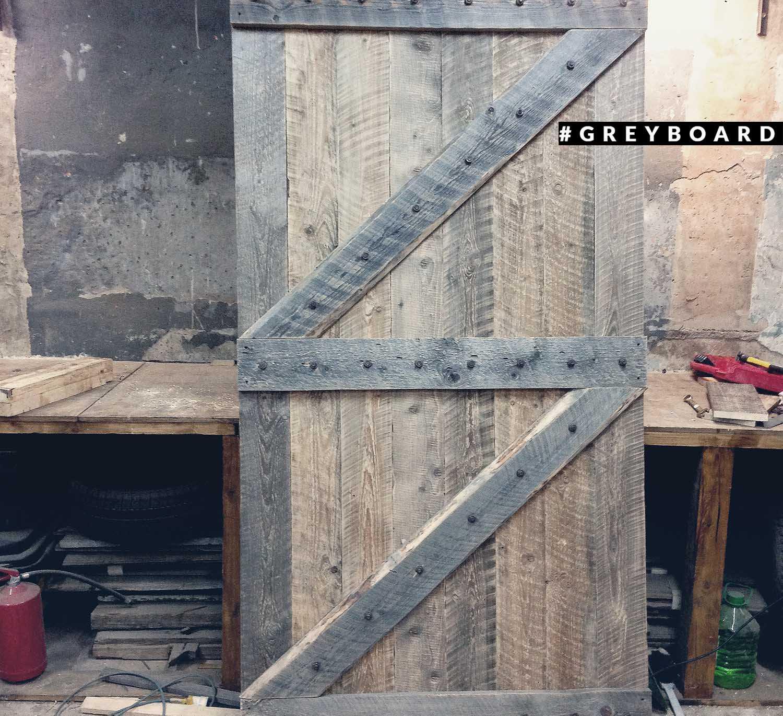 Дверь из доски со старой лесопилки советского периода