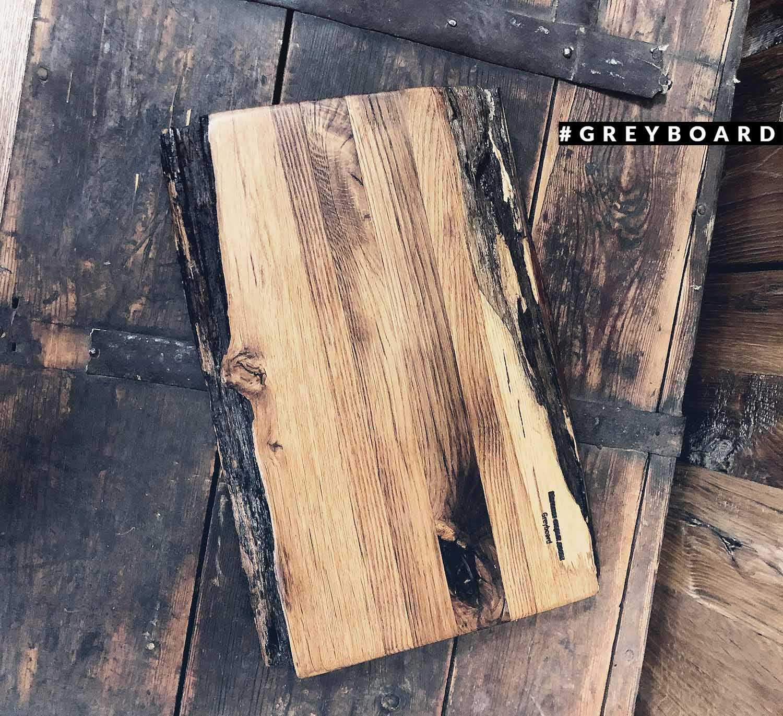 Фактурная разделочная доска из старой дубовой доски