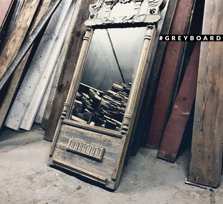 Зеркало в старинной раме XIX века