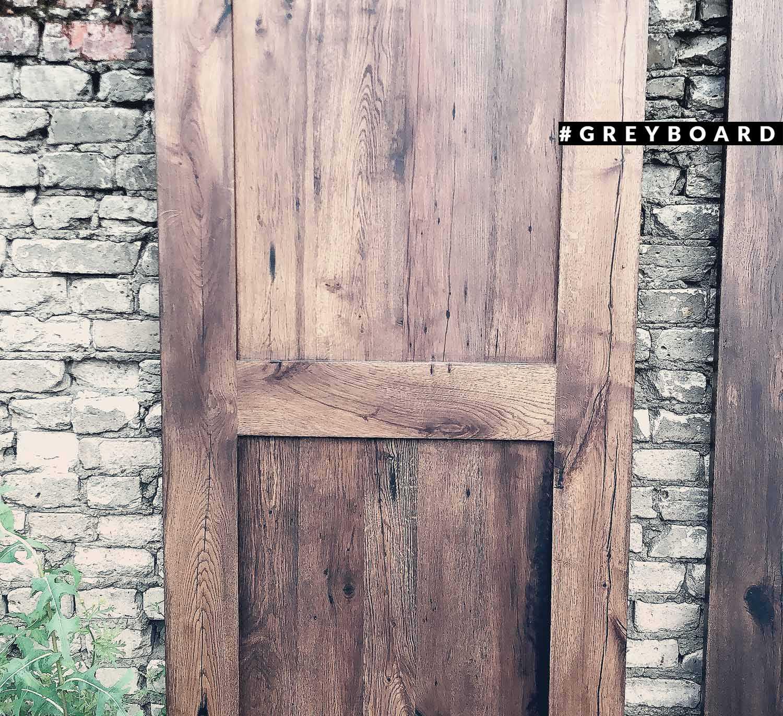 Дверь из старой дубовой доски