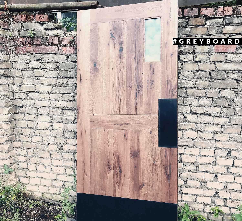 Элегантная дверь из старой доски