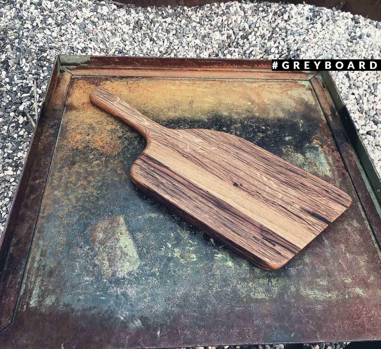 Разделочная доска интересной формы из амбарной доски