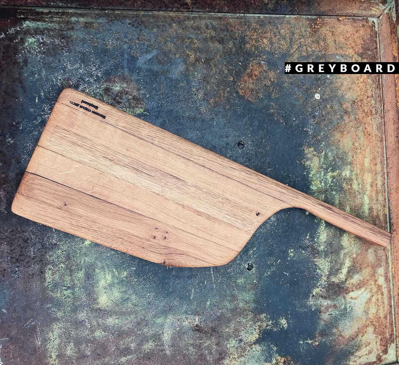 Разделочная доска из амбарной доски с длинной ручкой