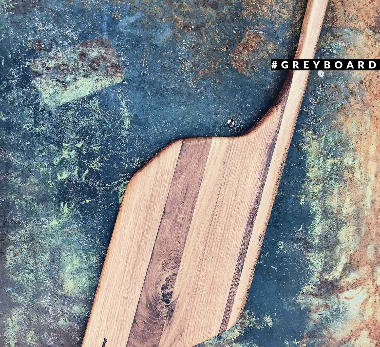Разделочная доска нестандартной формы из амбарной доски