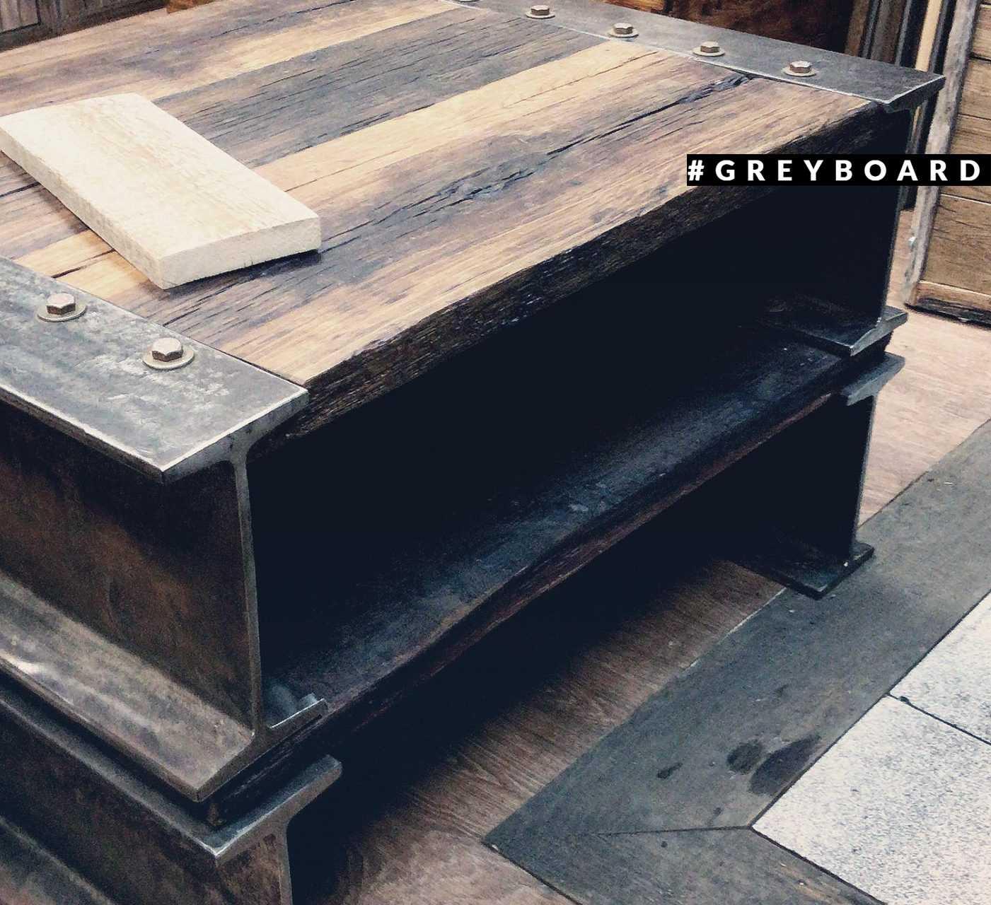 Журнальный стол из старой дубовой доски