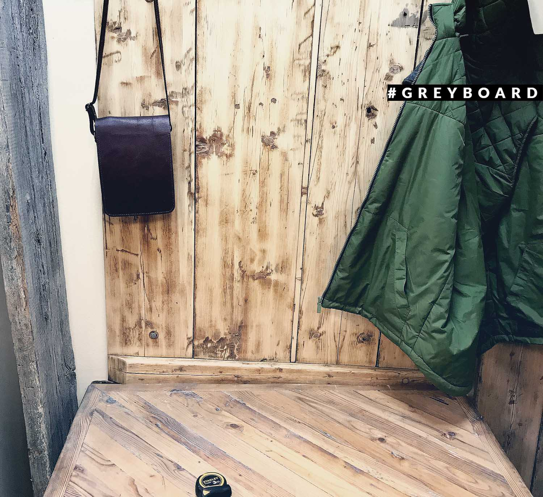 Стол из старой доски с металлическим основанием