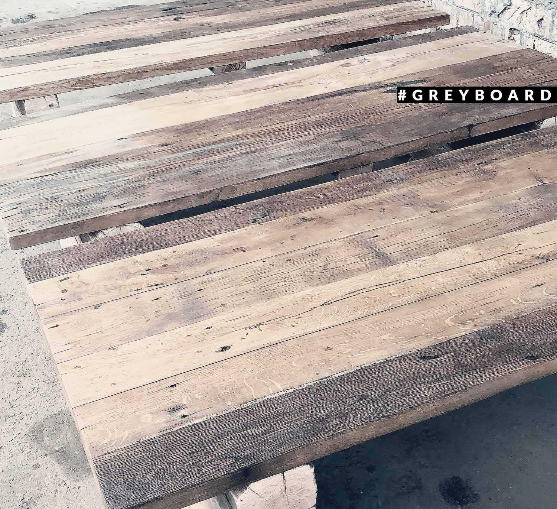 Стол из рубленых дубовых балок и доски