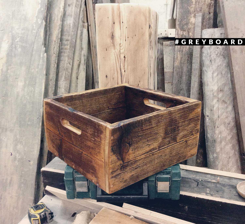 Вместительный ящик из старой доски