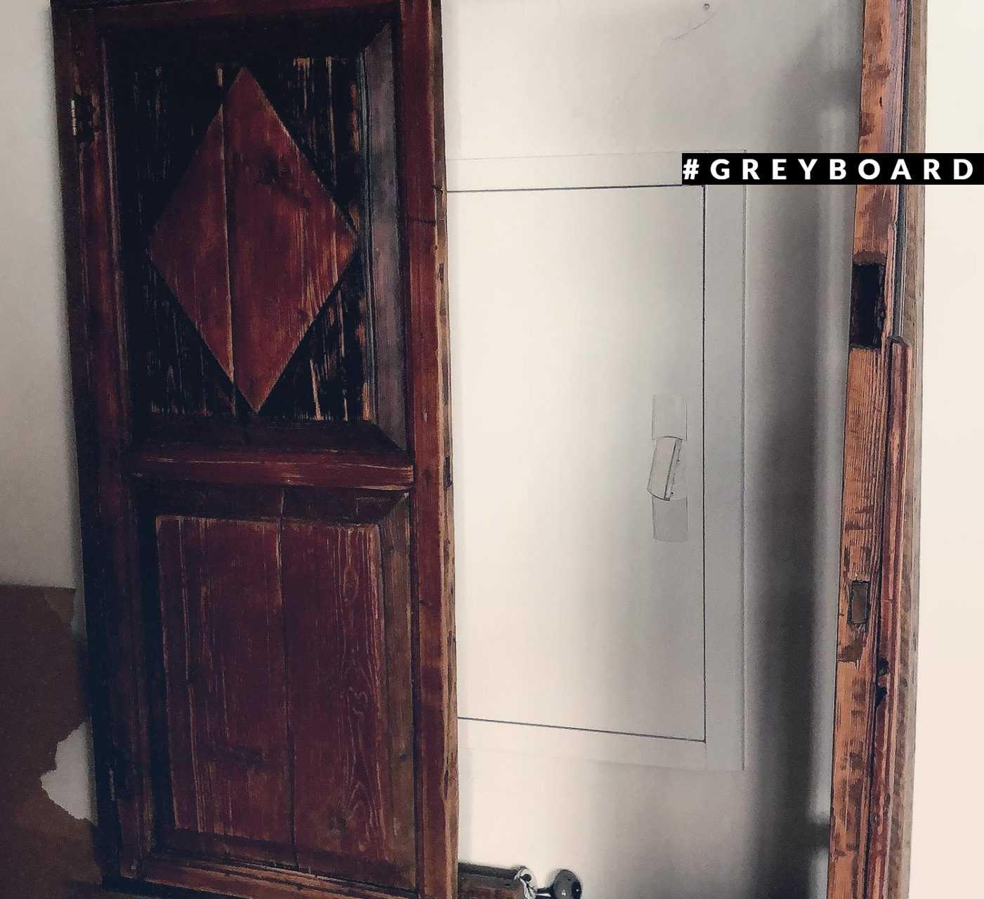 Шкаф из старой доски 50-х годов