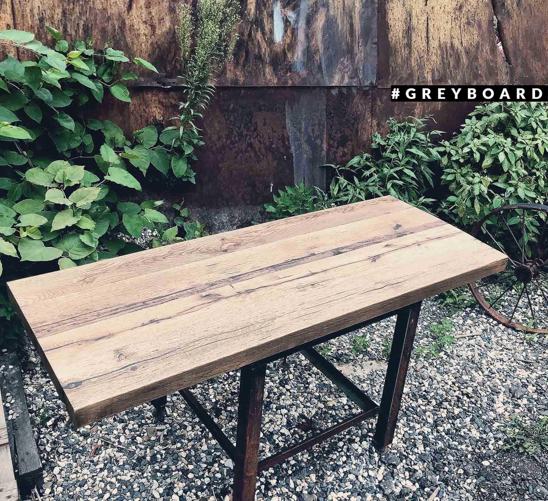 Серо-коричневая столешница из старой доски