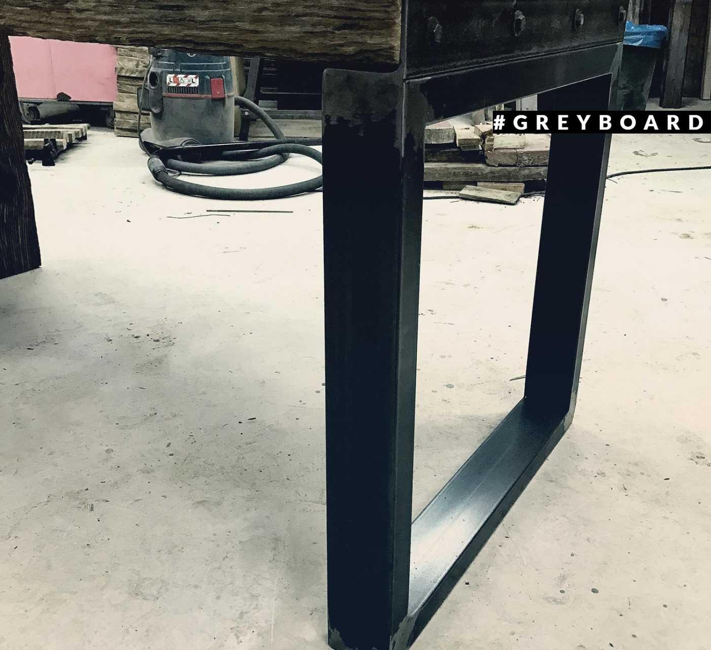 Стол из старой доски-топляка