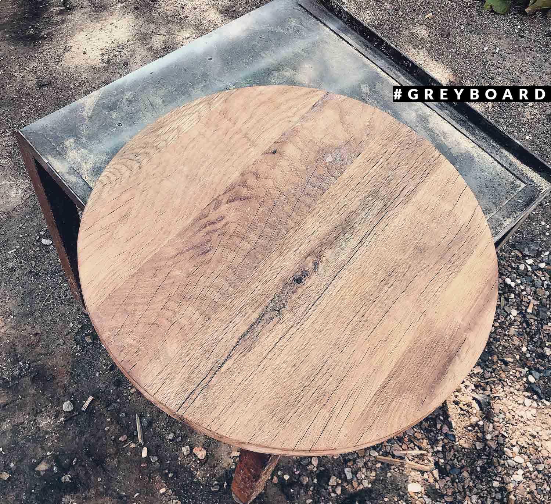 Небольшая круглая столешница из старой дубовой доски