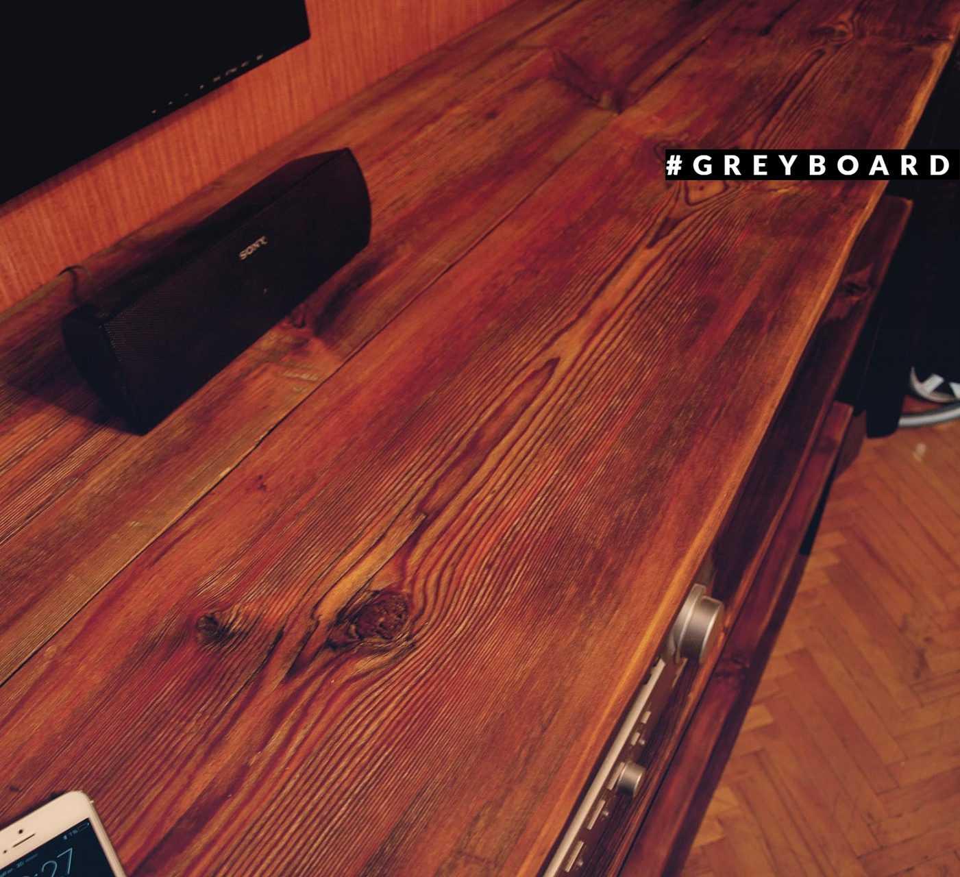 Стеллаж под ТВ из старой доски