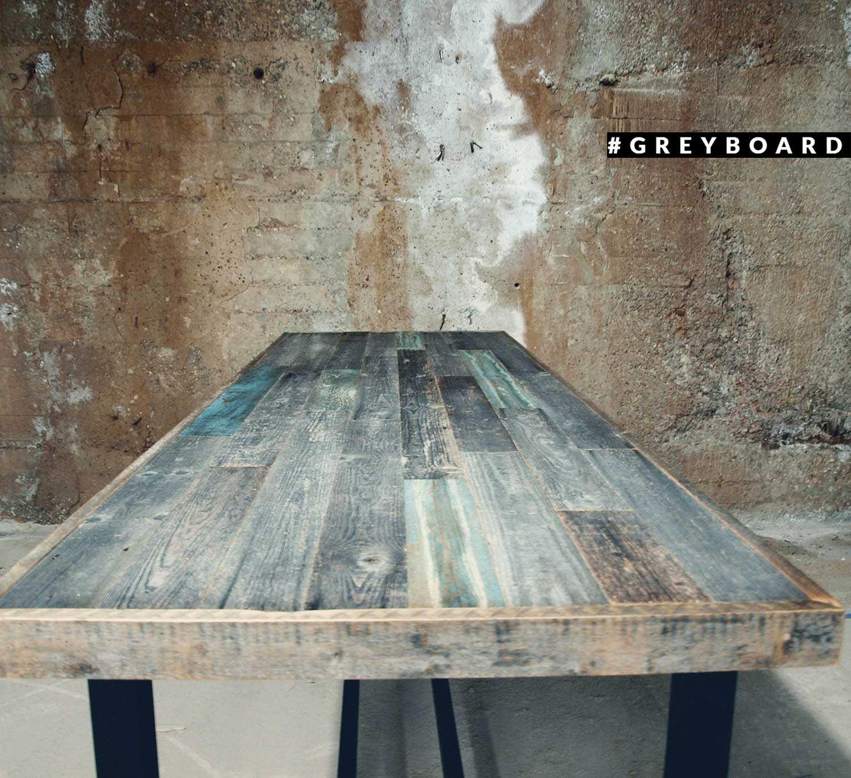 Стол из старой доски уличного хранения