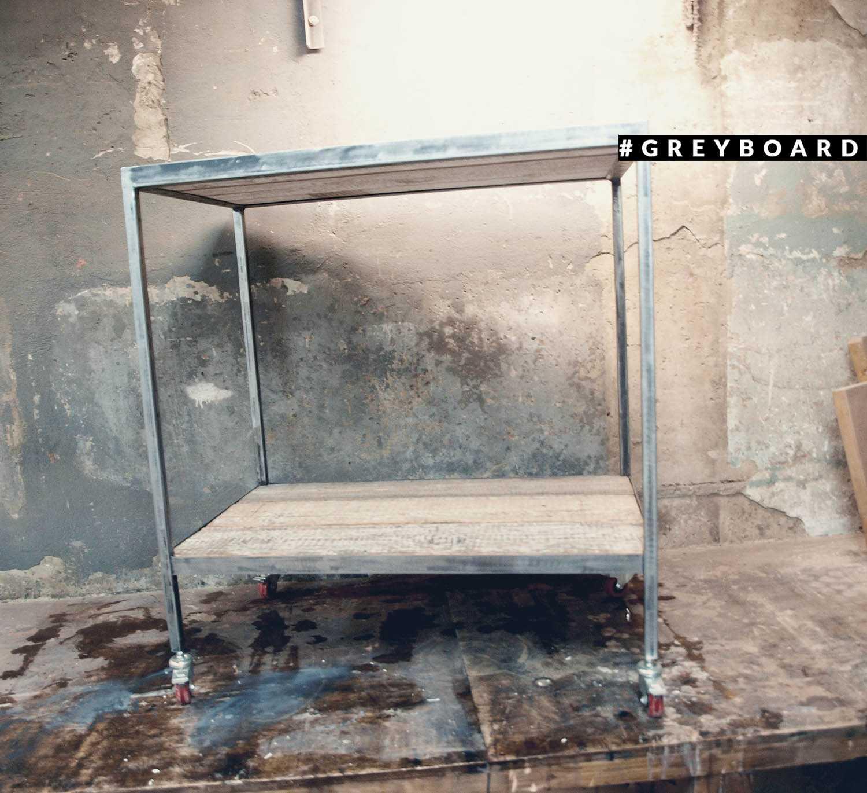 Сервировочный столик из амбарной доски