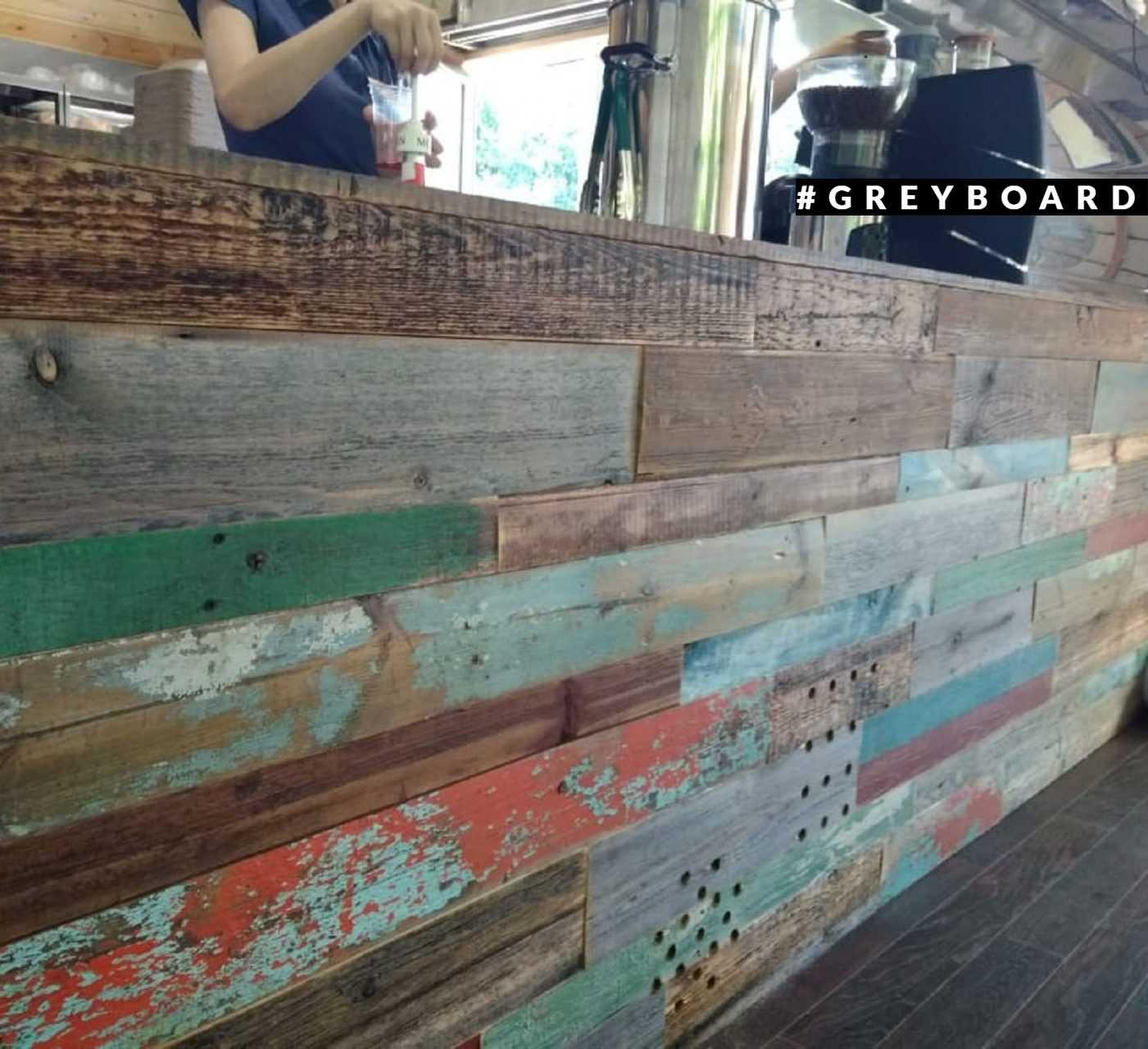 Панно из старых досок со следами краски