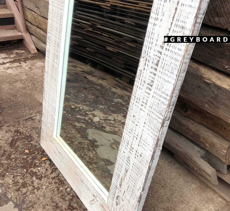 Зеркало из амбарной хвойной доски