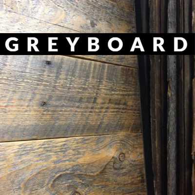 Дверь из старой доски, покрытой лаком