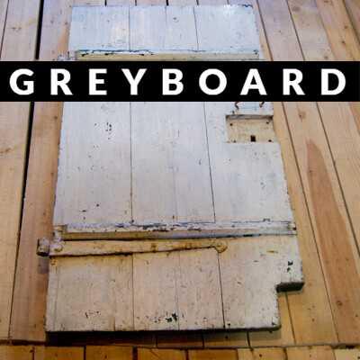 Старая дверь из хвойной доски, крашеная с двух сторон