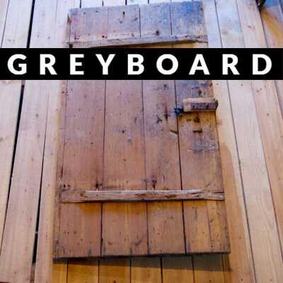 Старая крашеная дверь из древесины хвойных пород