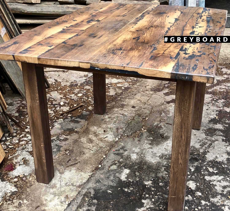 Стол из старой доски с красивым узором