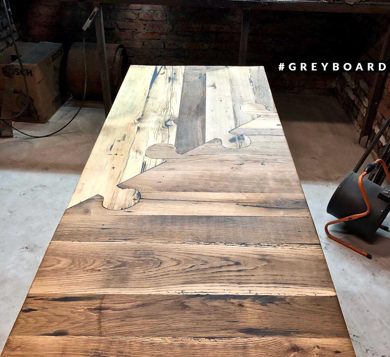 Необычный стол-пазл из амбарной доски