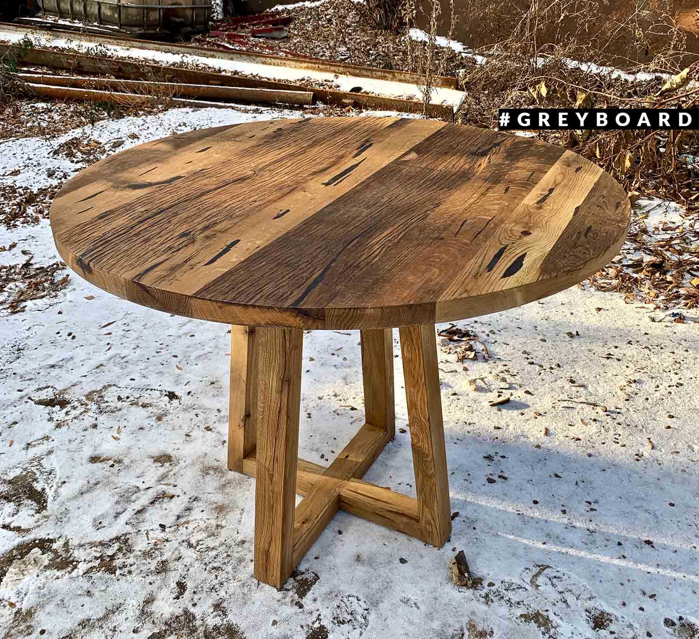 Компактный круглый стол из старой доски