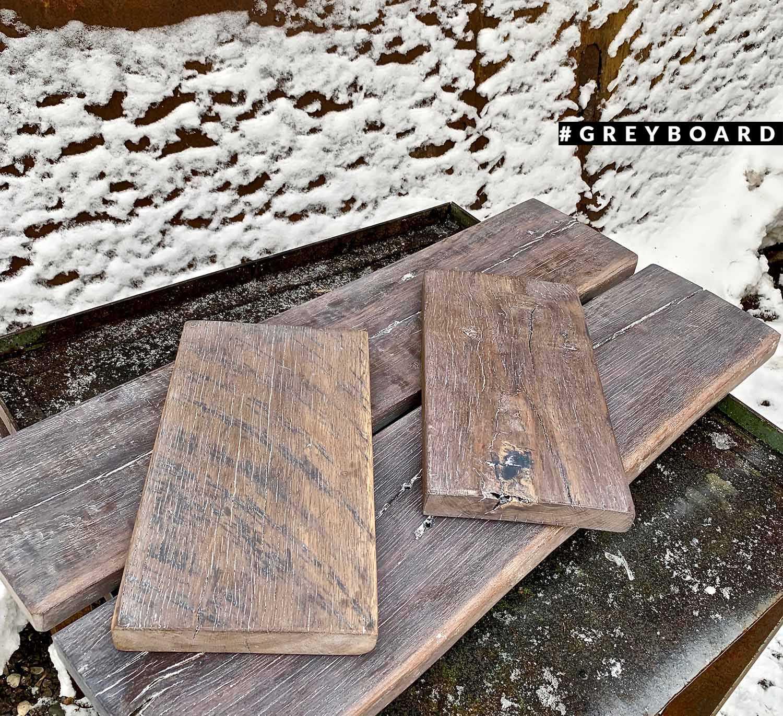 Серо-коричневые полки из старой доски