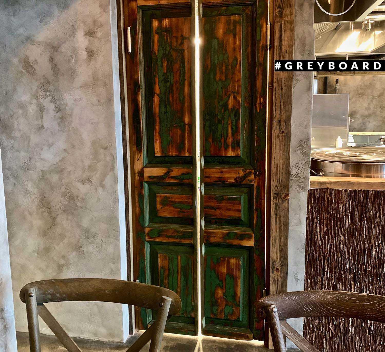 Красивая дверь из старинных амбарных полотен