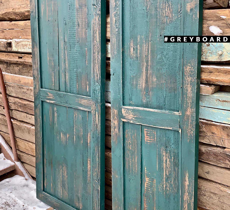 Зеленая дверь из старой сосны