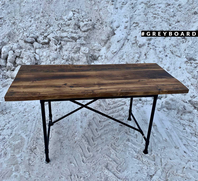 Потемневший от времени стол из старого дуба