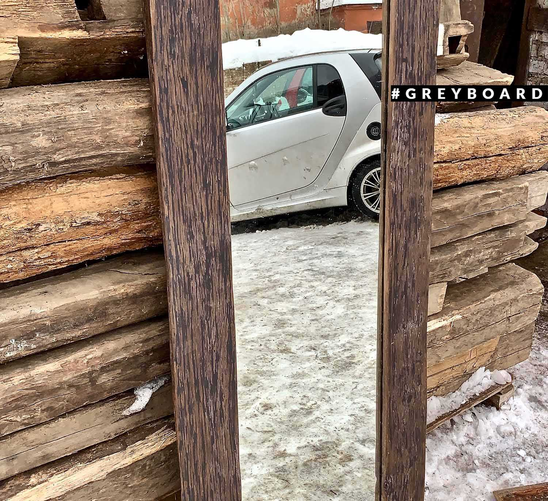 Большое зеркало в коричневой раме из старого дуба