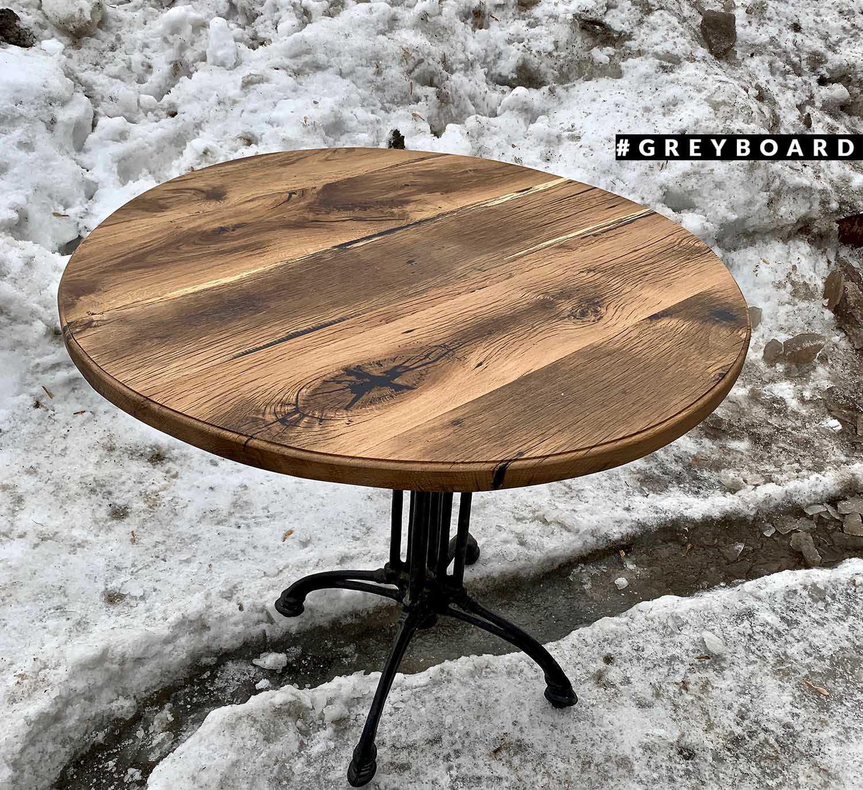 Стол из старой доски с чугунным основанием