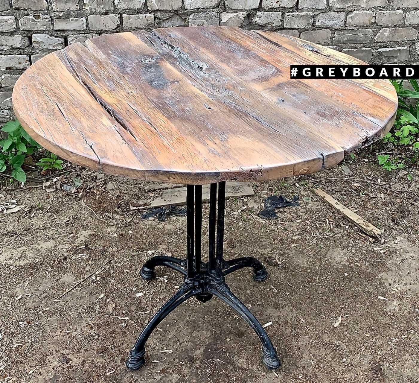 Небольшой круглый столик из старого дуба