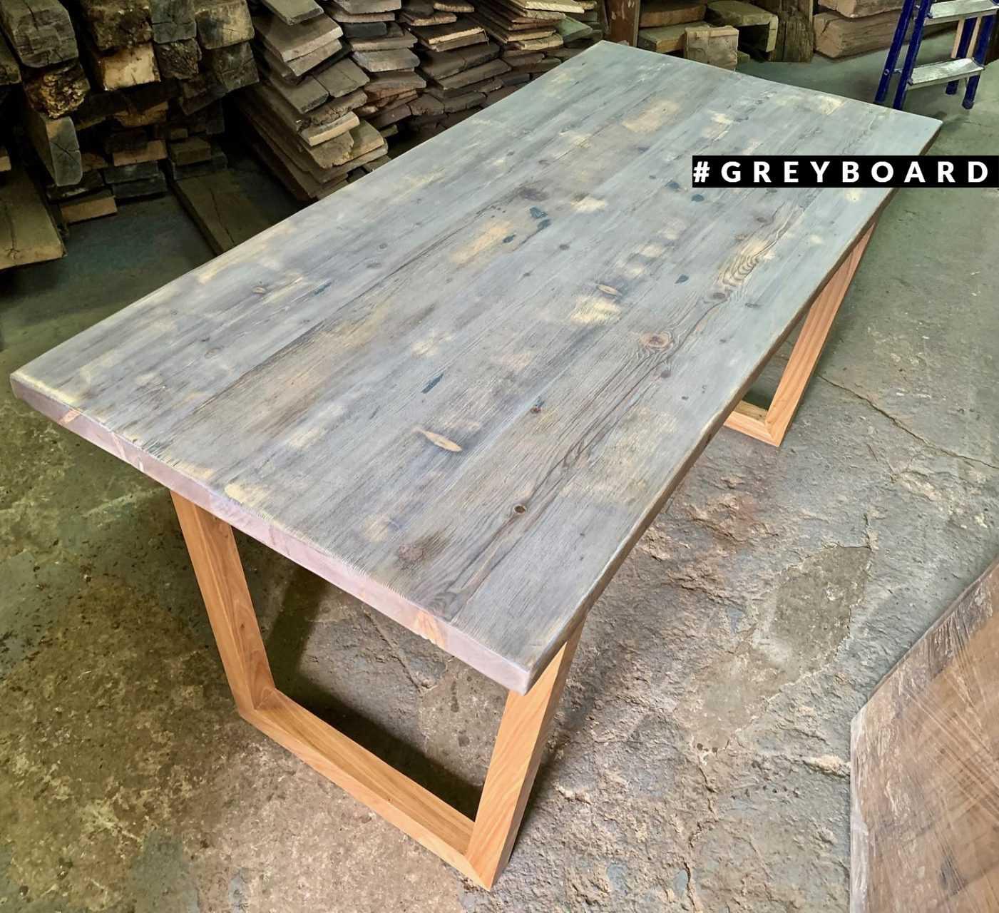 Красивый деревянный стол в современном стиле