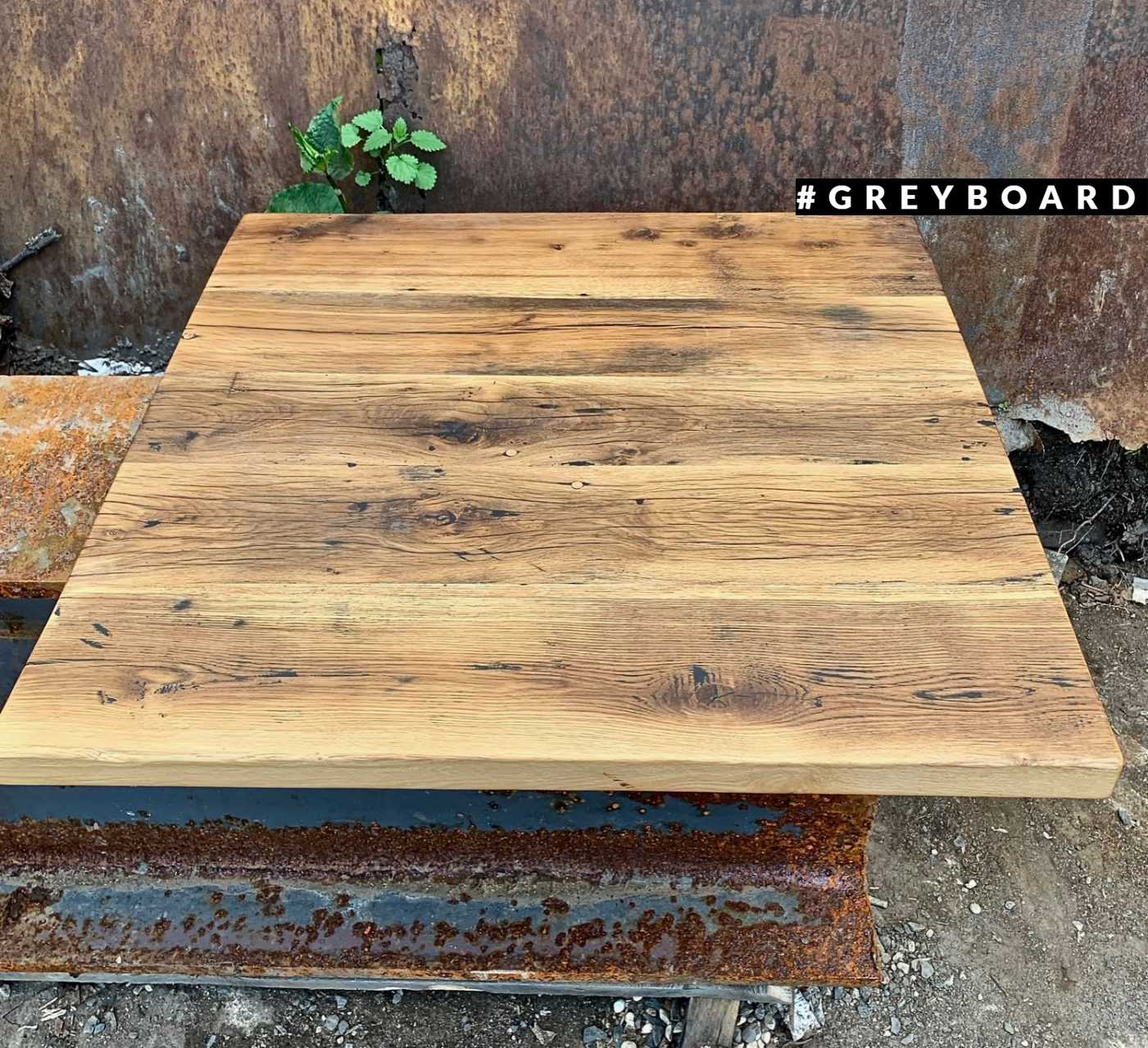 Небольшой квадратный стол из старого дуба