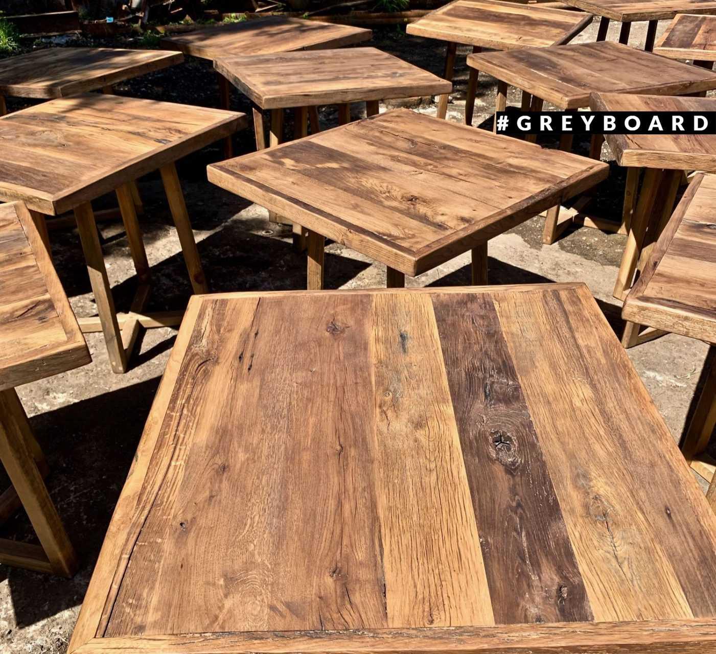 Необычный стол из старой древесины разных пород