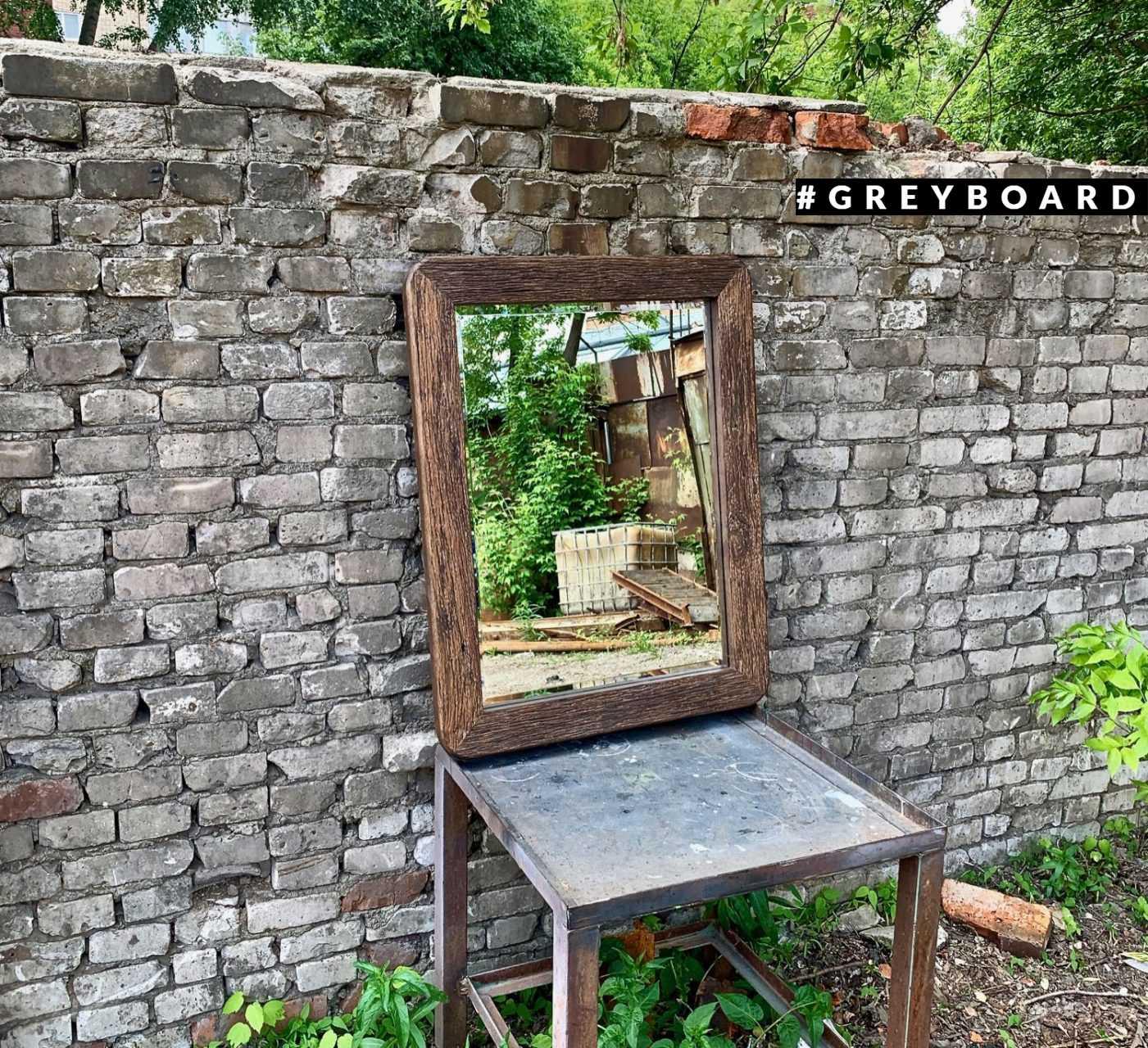 Зеркало в темно-коричневой дубовой раме