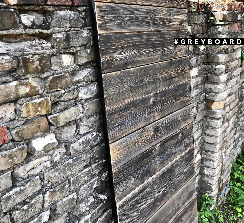 Амбарная дверь из старой серой доски