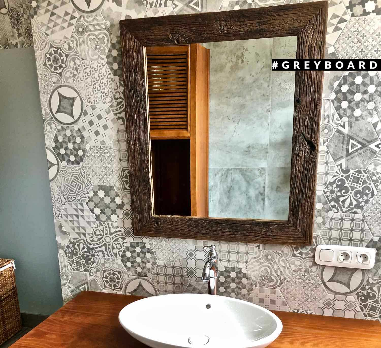 Зеркало в раме из старого дуба для ванной комнаты