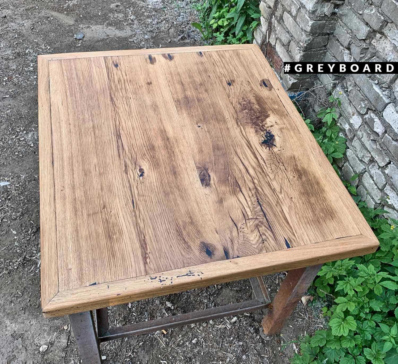 Компактная столешница квадратной формы из старой доски