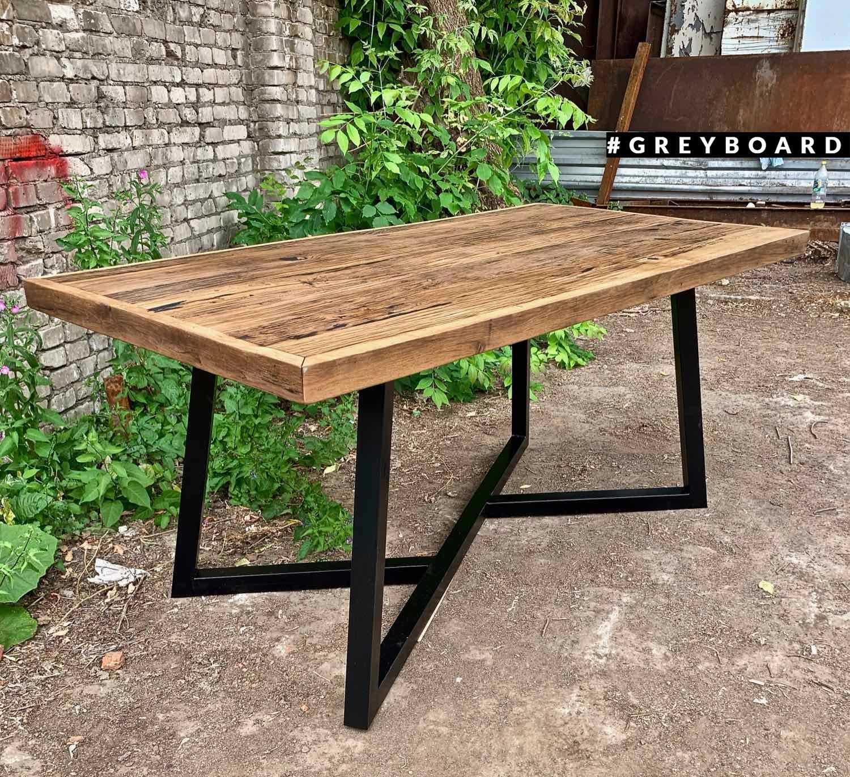 Современный стол из амбарной доски