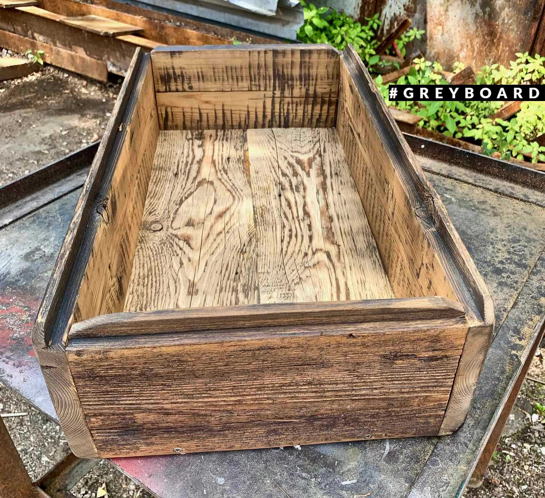 Большой и вместительный ящик из старой доски