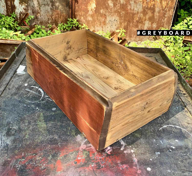Необычный ящик из старой доски для хранения