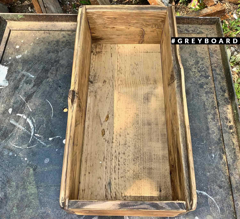 Светло-коричневый ящик из амбарной хвои