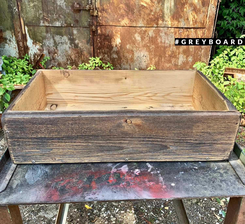 Ящик из старой доски коричневого цвета