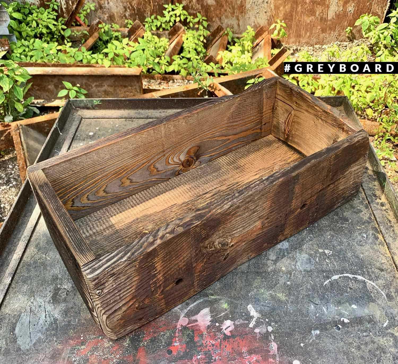 Удобный ящик для хранения из старой доски